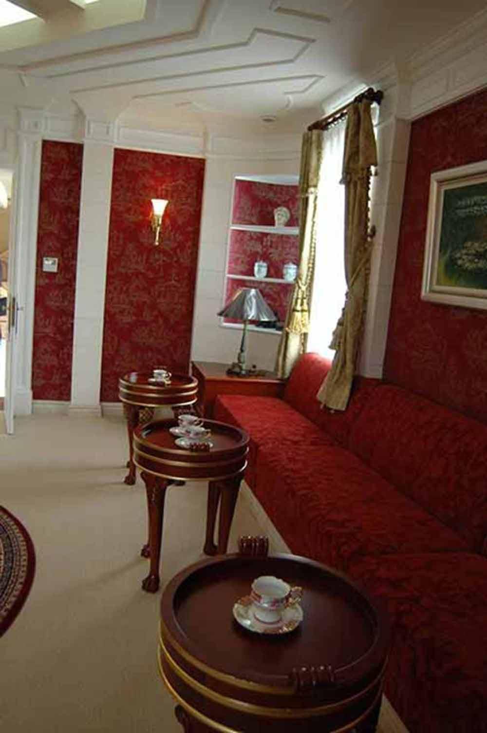 红色欧式客厅装潢设计