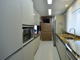 灰色系简约风狭长型厨房装潢案例