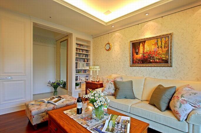 1 客厅背景墙面印刻素雅精巧的枝叶型花纹,小小的墙面挂钟造型设计