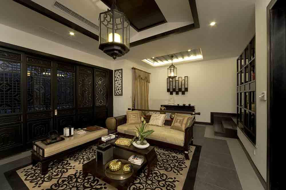 摆放中式古典茶几,搭配中式红木沙发给人以简单大气的感觉.