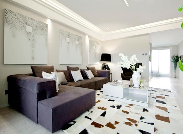 黑白灰主题的客厅,极简风格,棱角分明的家具高端又大气,环形灯带让家感觉通透明亮。