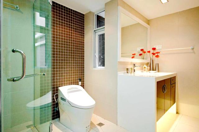 浅色调的卫生间简约明亮,带有强烈的现代风格。