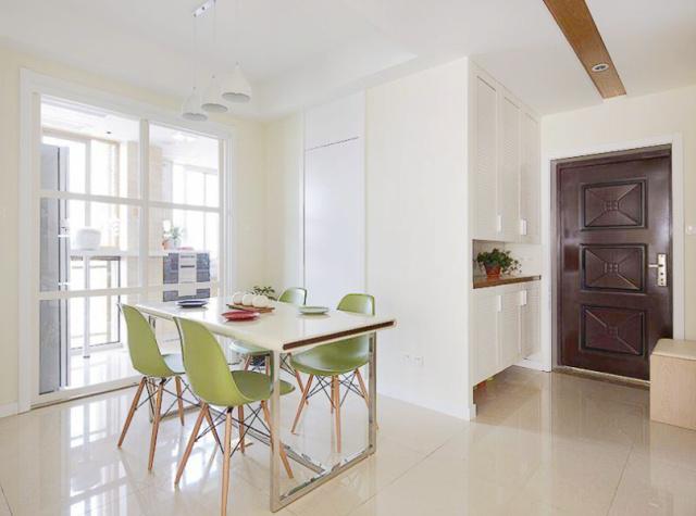 餐厅考虑很多储物功能,靠墙的位置一扇同色系壁柜,可以安置很多零零碎碎的东西。