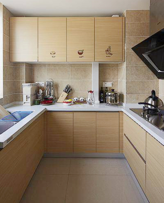 纯色墙砖搭配木纹橱柜。