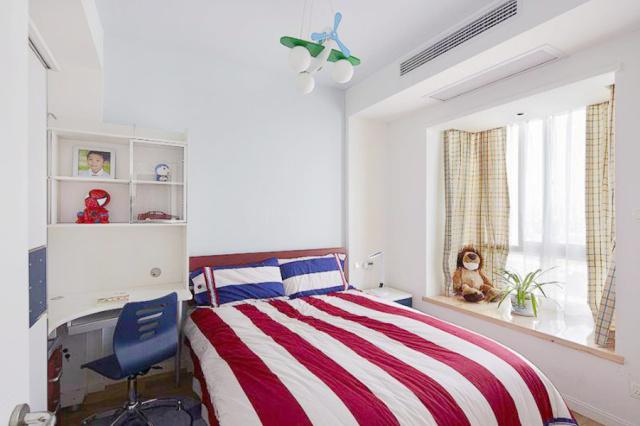 儿童房的床、书桌、椅子、柜子还有床上用品都搭配的非常协调。