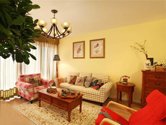 淡黄可以营造温馨的氛围,实木家具则是点睛之笔。