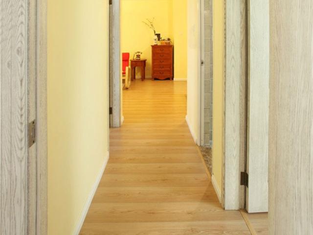 浅色木门的素雅与客餐厅的厚重形成对比。