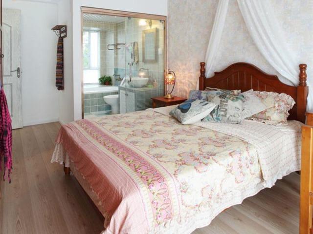 壁纸的花色不宜过深,浅浅的几笔就可以让卧室更浪漫。