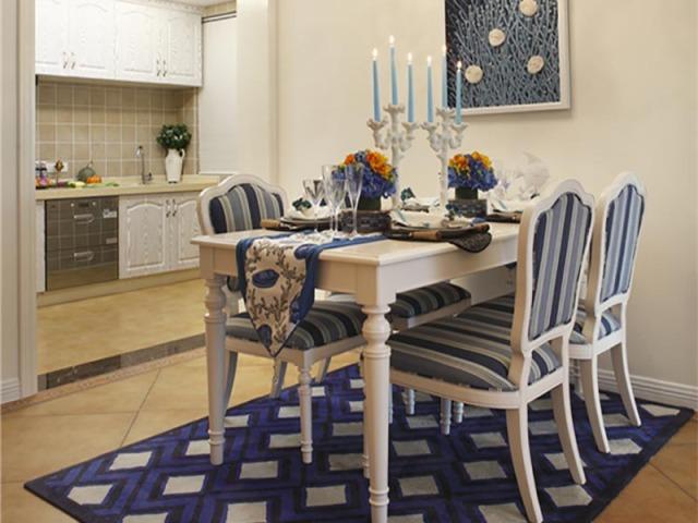 比起全木的椅子,柔软的靠垫和地毯让时光也温柔了。