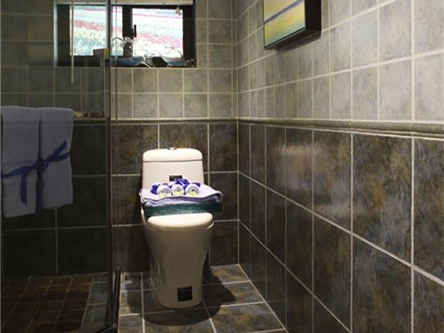深色卫生间更显时尚,也更方便清洁和打理。