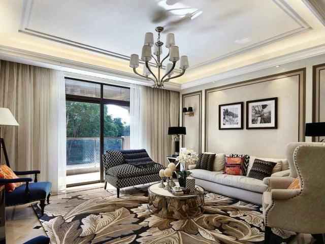 沙发略带混搭风格,墙壁的简洁和地毯的精美形成鲜明对比。