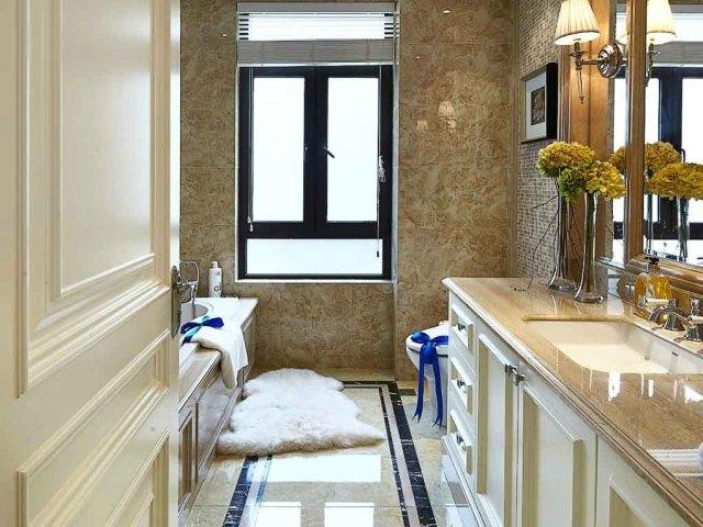 浅棕色的卫生间显得更有格调,简单的线条让使用更便利。