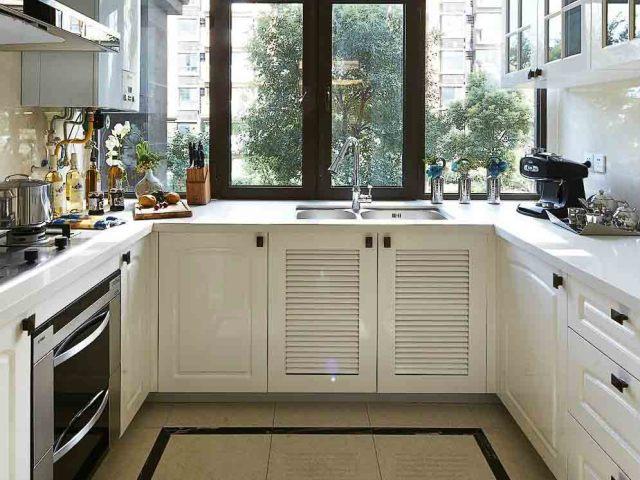 橱柜选择纯白的,与整体风格更搭,也显得空间更开阔。