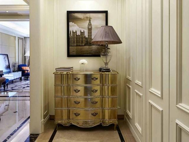 金色的柜体和照片相呼应,欧式风味立马呈现在眼前。
