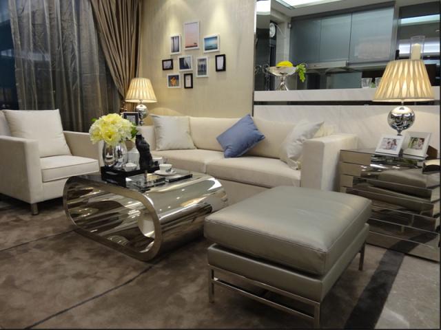 客厅跟厨房之间的墙是半开式的,保证了足够的空间,又隔开了厨房和客厅。这个充满金属质感的茶几为客厅增加了现代的时尚感。