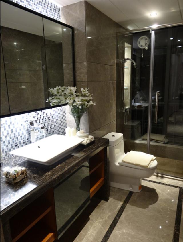 卫生间是地中海和现代风格的混搭,意外地十分和谐。
