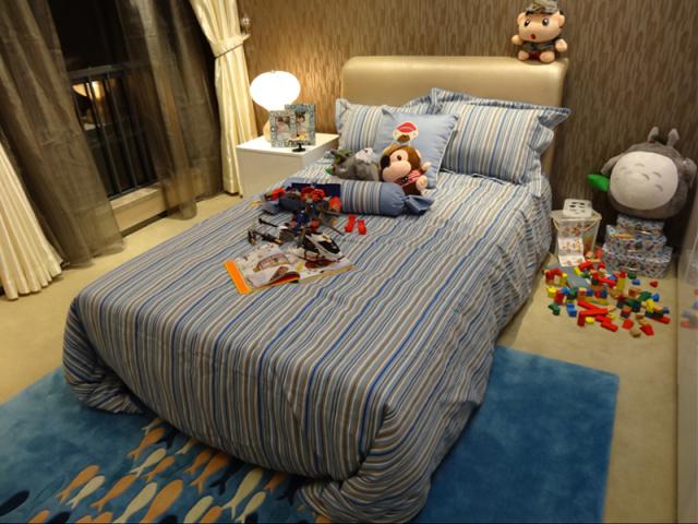 海蓝色地毯童趣味道满满,房间预留了足够多的位置给玩具。