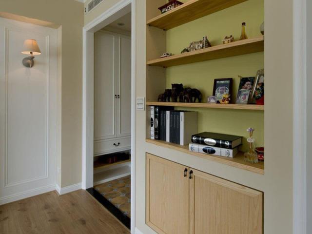 玄关处嵌入墙壁的多层收纳柜,既方便收纳常用的东西,又能作为展示柜。对于呆萌的女主人而言,进门之后随手把钥匙一放,出门的时候一眼便能看见,真是太棒啦。