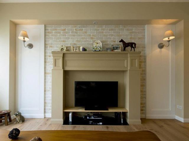 电视背景墙做成了壁炉的样式,两边是晕黄的壁灯,既能增加光线,又能渲染气氛。