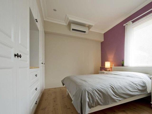 大衣柜收纳功能强大,可以让卧室更加整洁。卧室的颜色也不宜太过鲜艳,主卧背景墙涂刷的浅紫色就刚刚好,很利于入眠。
