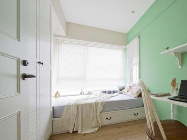 次卧房间不大,白色与浅绿作为主色,清清爽爽。