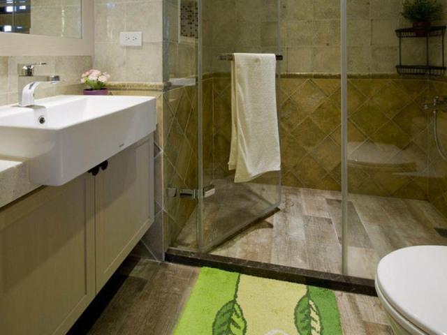 淋浴房特地选了有横杆的,放置浴巾,免去了在墙壁上开洞的工程。