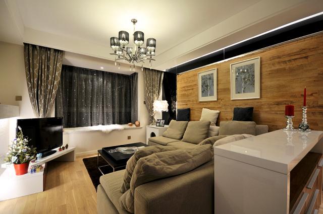 原木色木地板和布艺沙发的客厅显得温暖原生态。