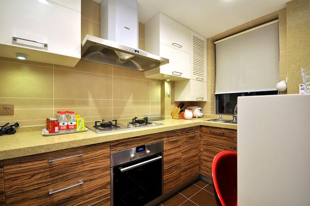 L形厨房形式节约空间的一种设计,保证厨房功能齐全。