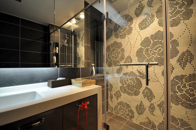 卫生间淋浴墙面采用马赛克拼花,显得不那么单调。