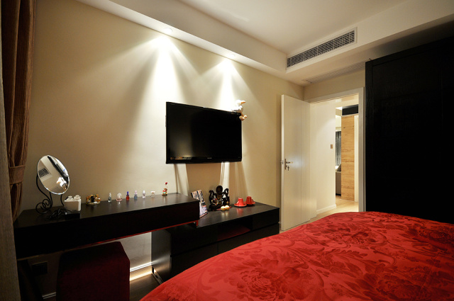 卧室简单的电视柜弥补空间,满足生活基本所需,无需太多点缀。