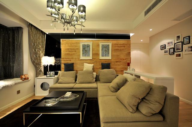 客厅背景墙采用木质板材,与地板交相辉映。