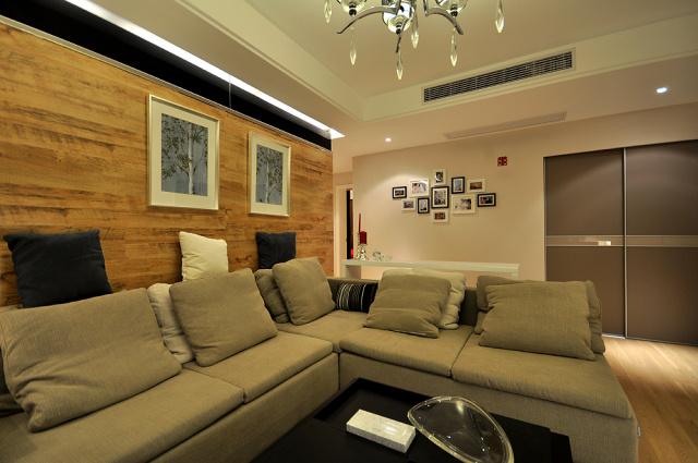 简单的照片墙可以点缀一面白墙的美观感。