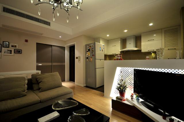 客厅后面是厨房,鲜少见的格局,油烟处理必须保障。
