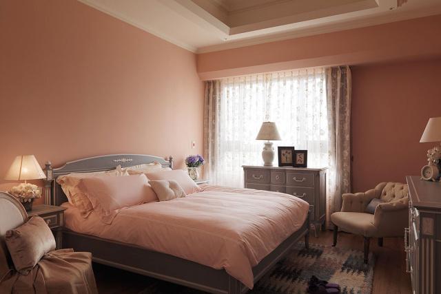 粉橘色系的主卧房中,搭配藕紫色的古典家具与床组,呈现脱俗的美式风情卧房。