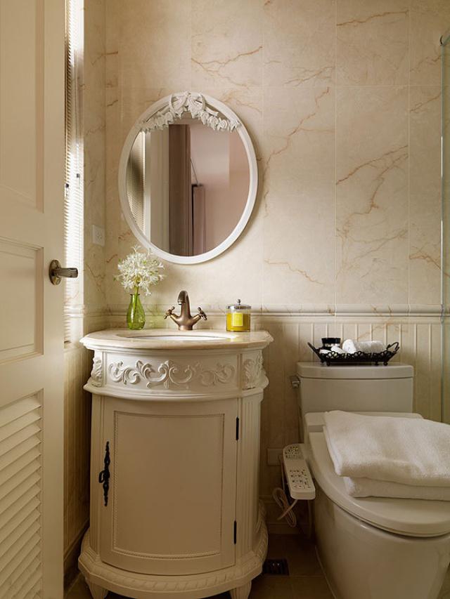 作工精细的大理石腰板、洗手台面与镜面设计,从细节讲究风格设计的完整度。