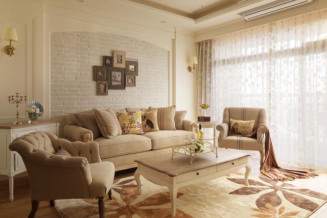 松软的布质沙发混搭拉扣单椅,在文化石墙面前妆点美式风情。