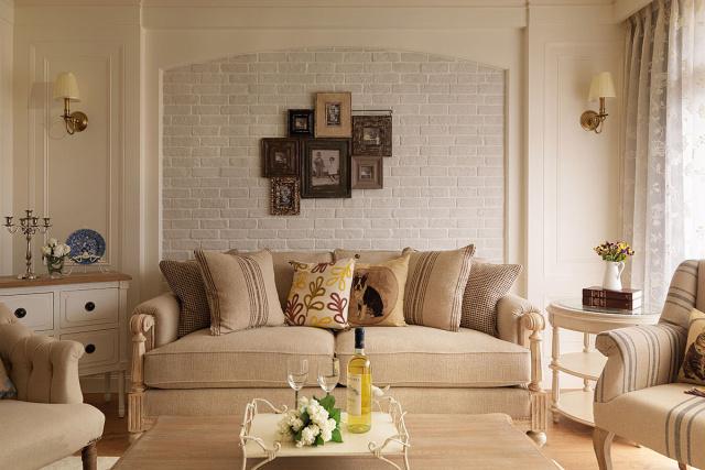 带有岁月印记的黑白照片悬挂沙发背墙,让美好记忆延续家的幸福故事。