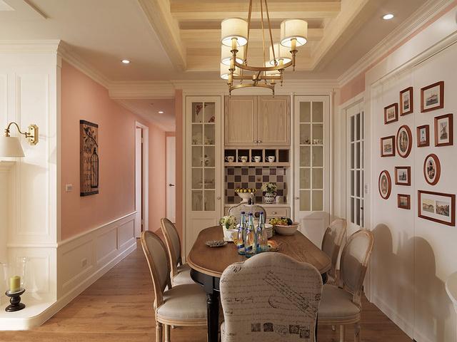 移除原房间墙面,后推局部墙面作为餐具柜规划,让屋主收藏的精细器皿,有完善的展示与收藏空间。