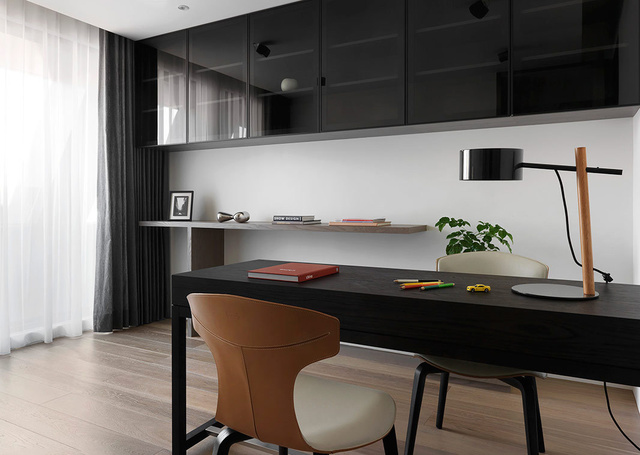 书桌是后现代主义的时尚,简洁而不缺乏清新。
