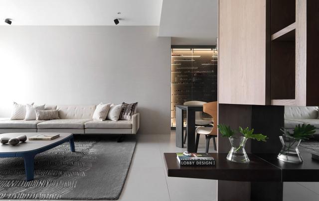 深棕色家具和灰度调解,使得整个空间既有层次,又不显得花哨。