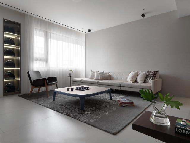 大面积的窗户空间光线充足,窗帘也是装饰之用。
