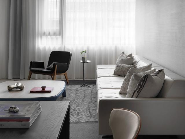 白色皮质沙发符合和灰色相协调的质感,时尚感十足。