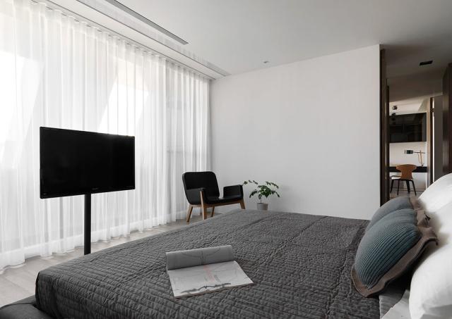 卧室基调依旧沿用客厅的简洁大方。