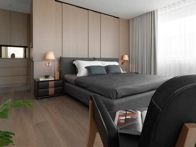 木地板的纹路和定制衣柜的搭配,增加了卧室的质感。