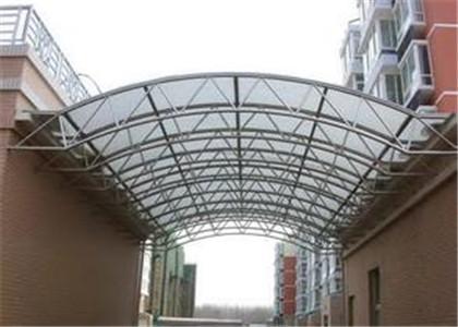 玻璃雨棚,是位于建筑的室外,用来在门口挡雨的建筑结构.