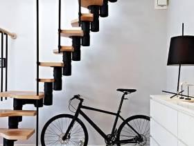 净白复式楼里的楼梯设计