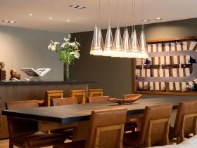 简约风格餐厅背景墙装修效果图-简约风格餐厅吊灯图片