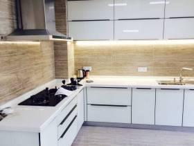145平米三居现代风格厨房墙面装修效果图-现代风格转角橱柜图片