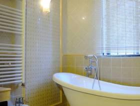 美式田园风格卫生间吊顶装修图片-美式田园风格浴缸图片