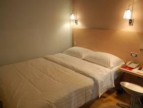 简约风格快捷酒店卧室背景墙装修图片-简约风格床图片